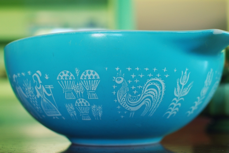 amish butterprint pyrex bowl